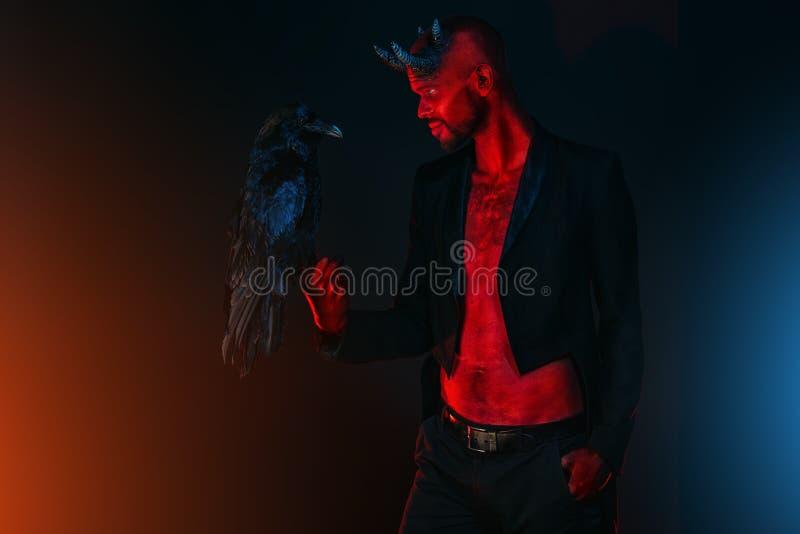 Ночь демона с вороном стоковое изображение rf