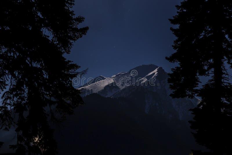 Ночь луны в горах стоковые изображения rf