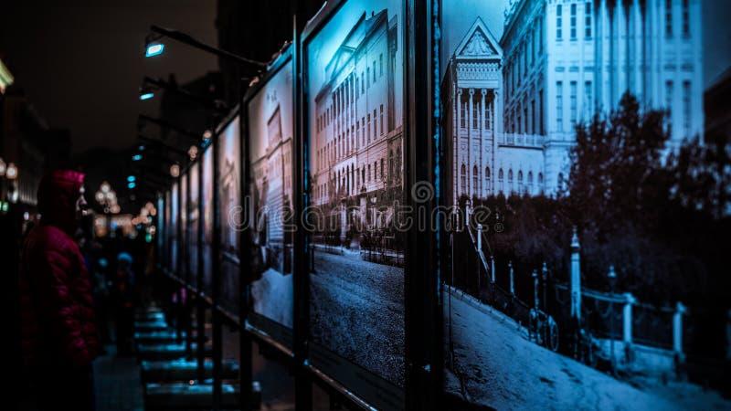 Ночь Москва идет новая улица Arbat стоковые фотографии rf