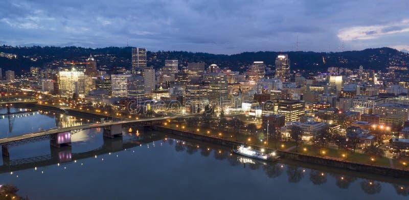 Ночь Портленд Орегон overcast мостов и портового района реки Willamette стоковое изображение