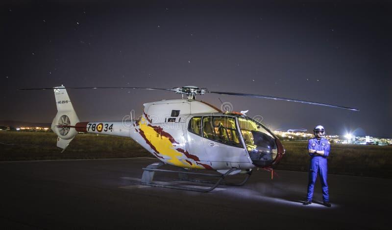 Ночь снятая колибри вертолета EC-120 аэробуса ОН 25 с пилотным положением на его стороне стоковое изображение rf