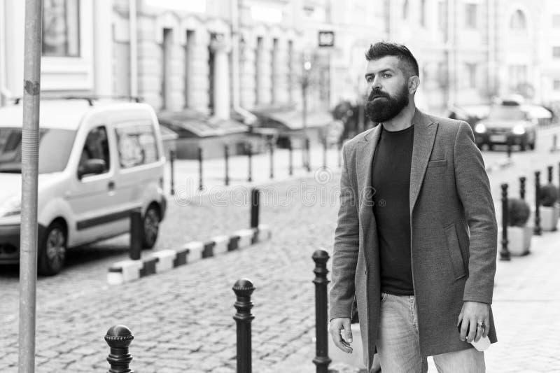 Нужно такси Такси бизнесмена улавливая пока стоящ outdoors городская предпосылка Непринужденный стиль хипстера человека бородатый стоковые изображения rf