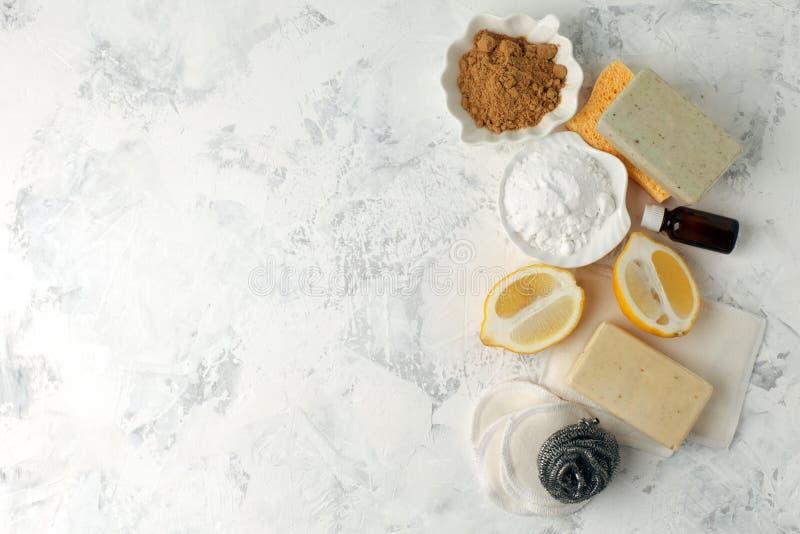 Нул отходов, compostable отечественные очищая инструменты Щетка блюда металла, губка целлюлозы, ветоши, мыло, лимон, эфирные масл стоковое фото