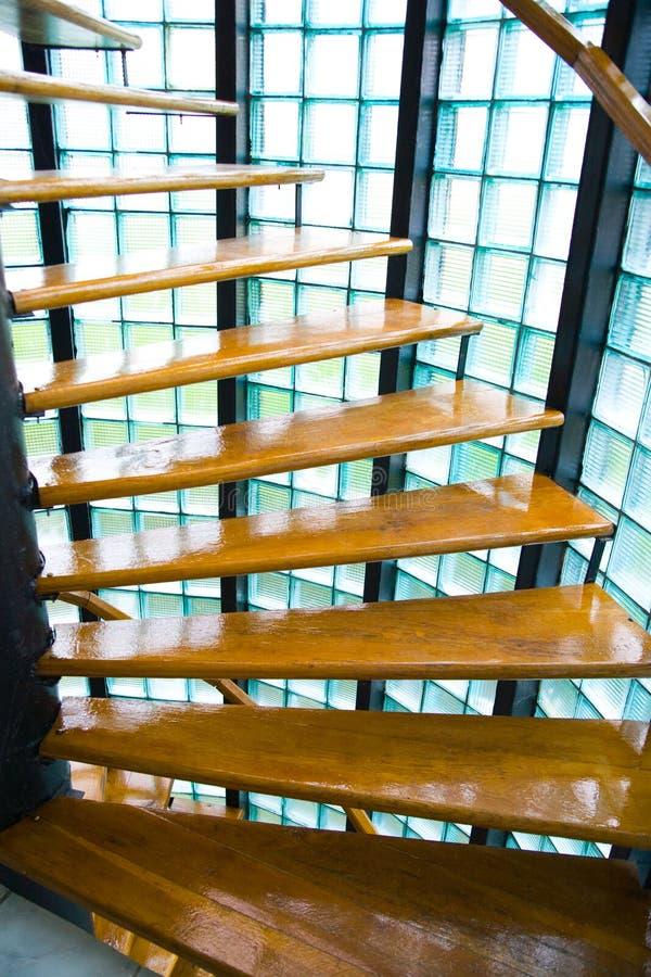 Нутряные деревянные лестницы стоковое фото