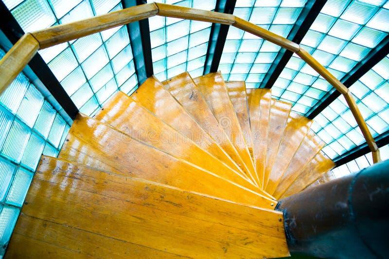 Нутряные деревянные лестницы стоковая фотография