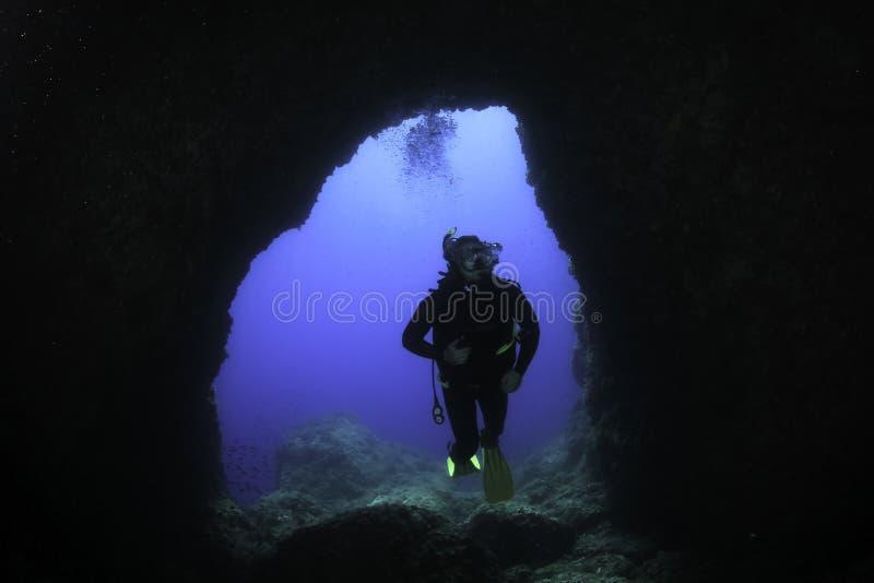 Нырять в подводной пещере - Майорке стоковое фото rf