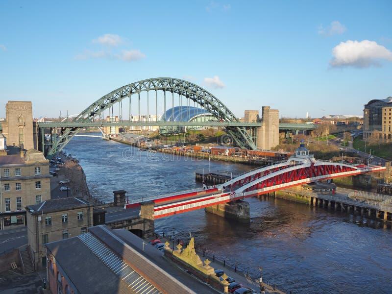 Ньюкасл на Tyne, Англии, Великобритании Tyne и мосты качания над River Tyne стоковые фотографии rf