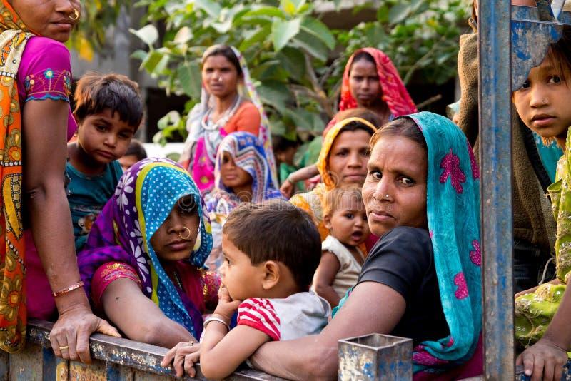 Нью-Дели, Индия - 20-ое августа 2018: внутренность работников детей и женщин тележки после дня работая на строительной площадке Р стоковые фотографии rf