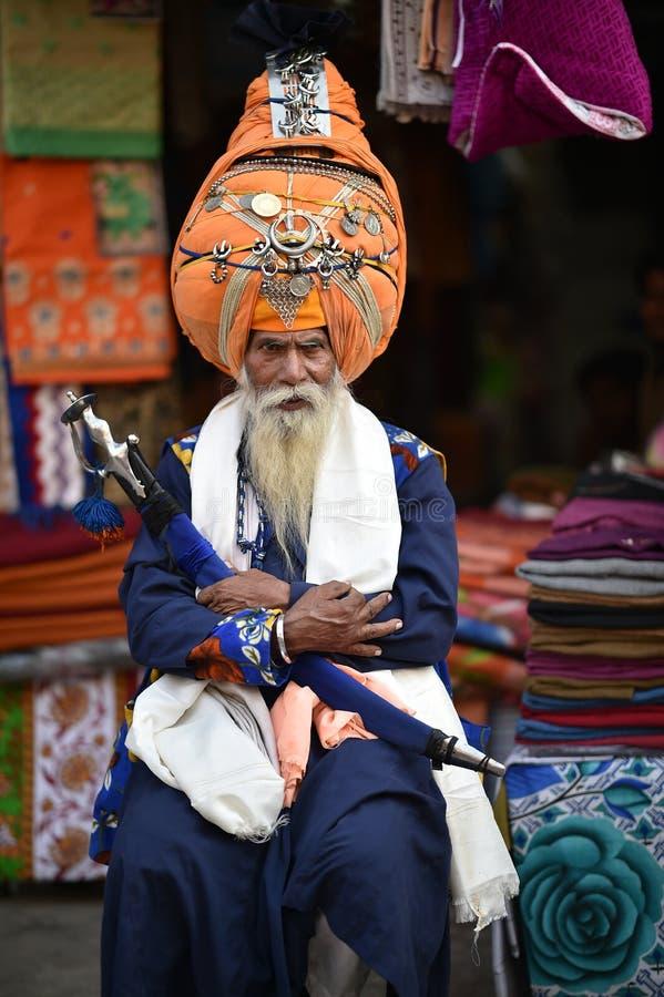 Нью-Дели, Индия, 24-ое ноября 2017: Человек нося его тюрбан стоковое фото rf