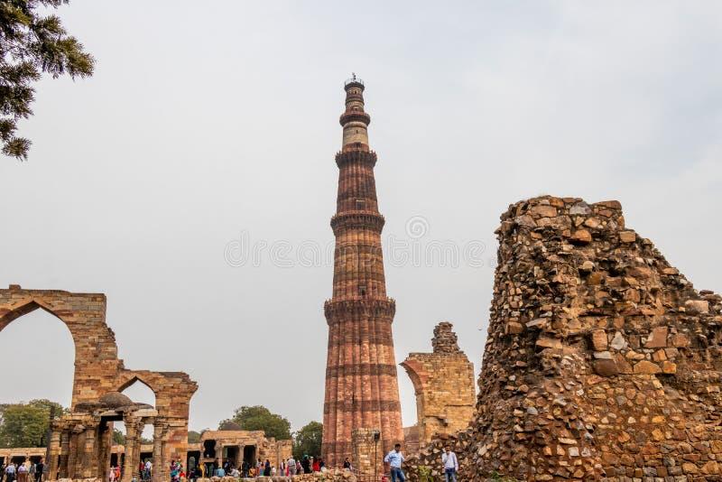 Нью-Дели, Индия - февраль 2019 Минарет Qutub Minar на комплексе Qutb ?? 72 5 метров 237 8 ft Qutb Minar самые высокорослые стоковая фотография