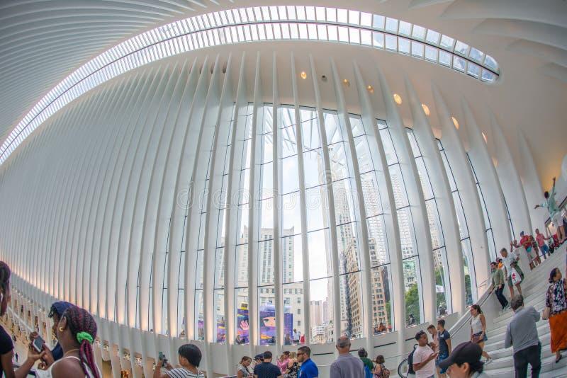 НЬЮ-ЙОРК - август 2018: Внутренний торговый центр Westfield Oculus во время занятого дня, эпицентра деятельности транспорта всеми стоковое изображение rf