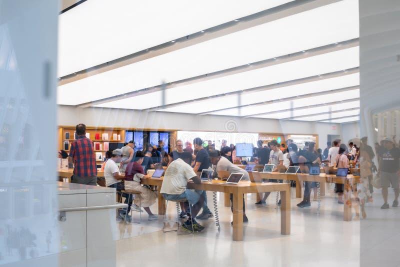 НЬЮ-ЙОРК - август 2018: Магазин Яблока в Oculus, эпицентре деятельности транспорта всемирного торгового центра в Нью-Йорке, США стоковые фотографии rf