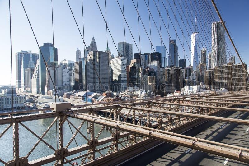 Нью-Йорк, более низкий горизонт Манхаттана от Бруклинского моста стоковая фотография