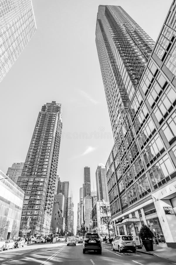 Нью-Йорк, декабрь 2018: Черно-белые здания осматривают в городском Манхэттене стоковое изображение