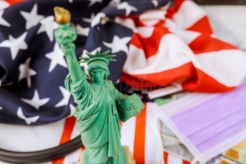 Нью-Йорк заблокировал американскую пандемию карантина с помощью американского вируса коронавируса COVID-19 в статуе свободы стоковая фотография rf
