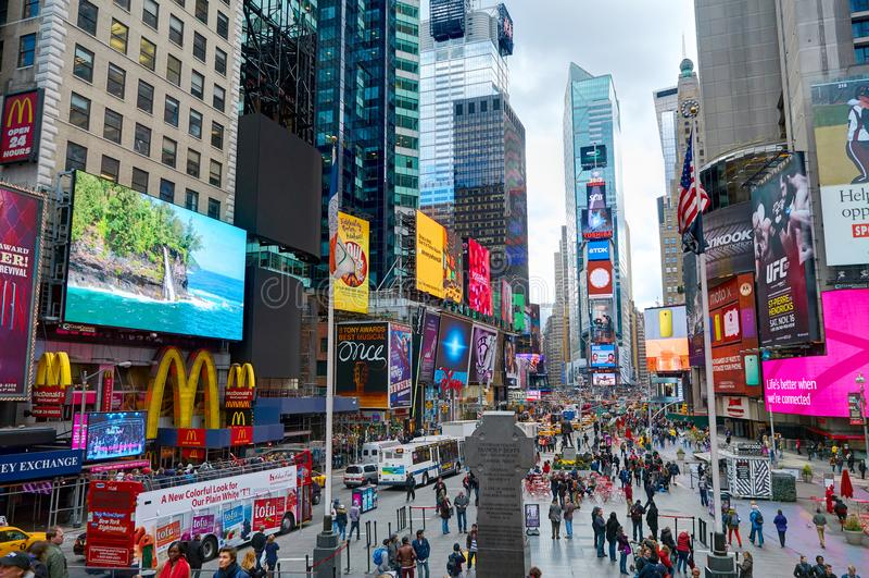 НЬЮ-ЙОРК, МАНХАТТАН, 25-ОЕ ОКТЯБРЯ 2013: Таймс площадь NYC освещает магазины модной одежды архитектуру зданий экранов, приведенны стоковая фотография