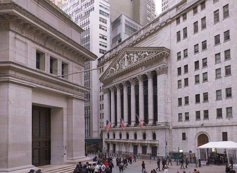 НЬЮ-ЙОРК, МАНХЭТТЕН, АПРЕЛЬ 24, 2015: Взгляд со стороны на известном здании нью-йоркской биржи на Уолл-Стрите - центре financ США стоковая фотография