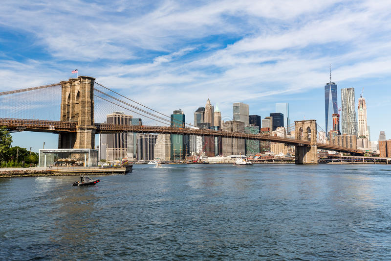НЬЮ-ЙОРК - 22-ОЕ АВГУСТА: Взгляды Бруклинского моста на лете d стоковая фотография