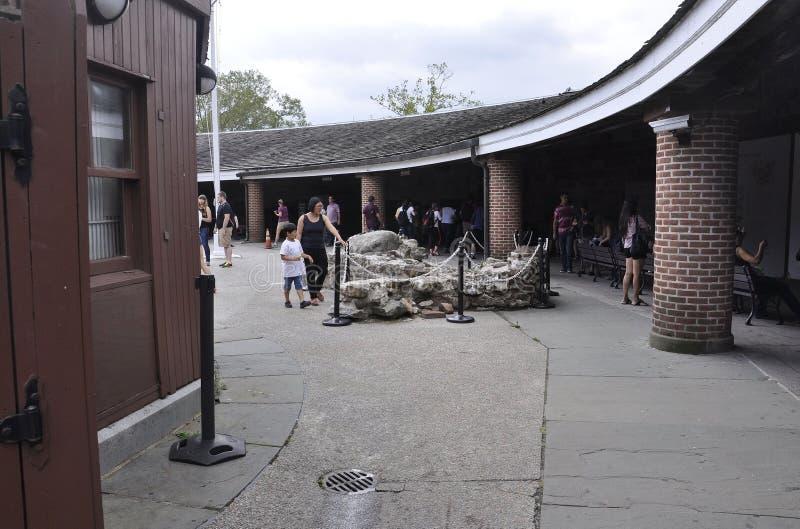 Нью-Йорк, 2-ое августа: Двор замка Клинтона от парка батареи в более низком Манхаттане Нью-Йорке стоковое изображение
