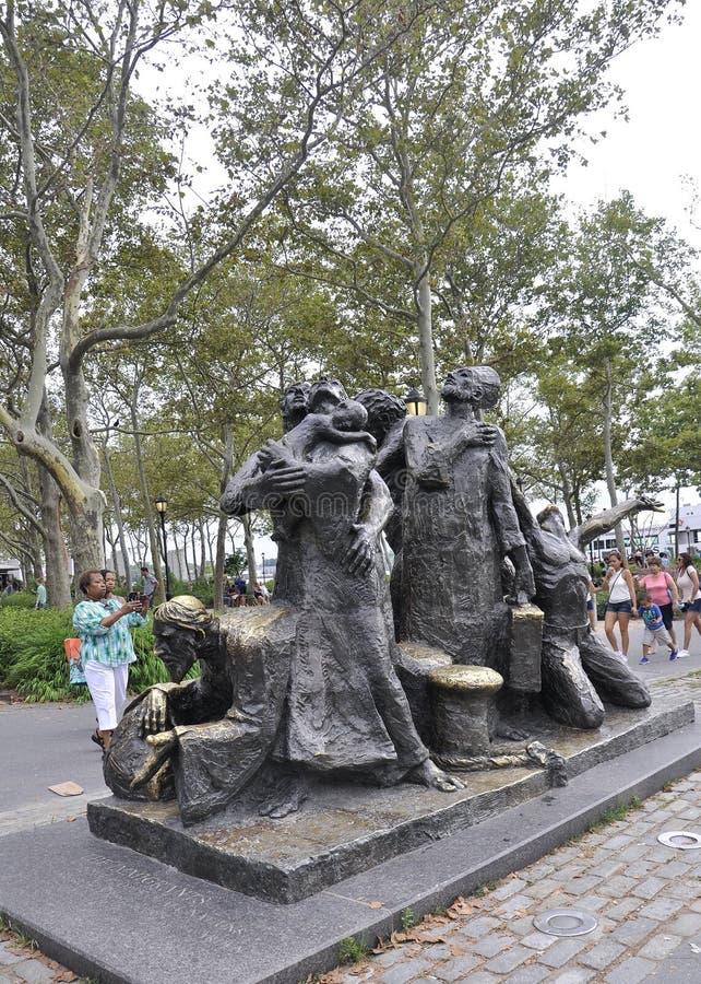 Нью-Йорк, 2-ое августа: Иммигранты мемориальные от парка батареи в более низком Манхаттане Нью-Йорке стоковое изображение rf