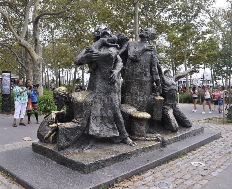 Нью-Йорк, 2-ое августа: Иммигранты мемориальные от парка батареи в более низком Манхаттане Нью-Йорке стоковое фото