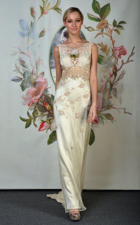 НЬЮ-ЙОРК - 22-ОЕ АПРЕЛЯ: Модель представляет для представления Claire Pettibone bridal стоковые изображения