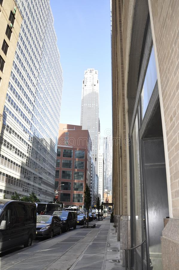 Нью-Йорк, 2-ое июля: Взгляд улицы в Манхаттане от Нью-Йорка в Соединенных Штатах стоковые фотографии rf