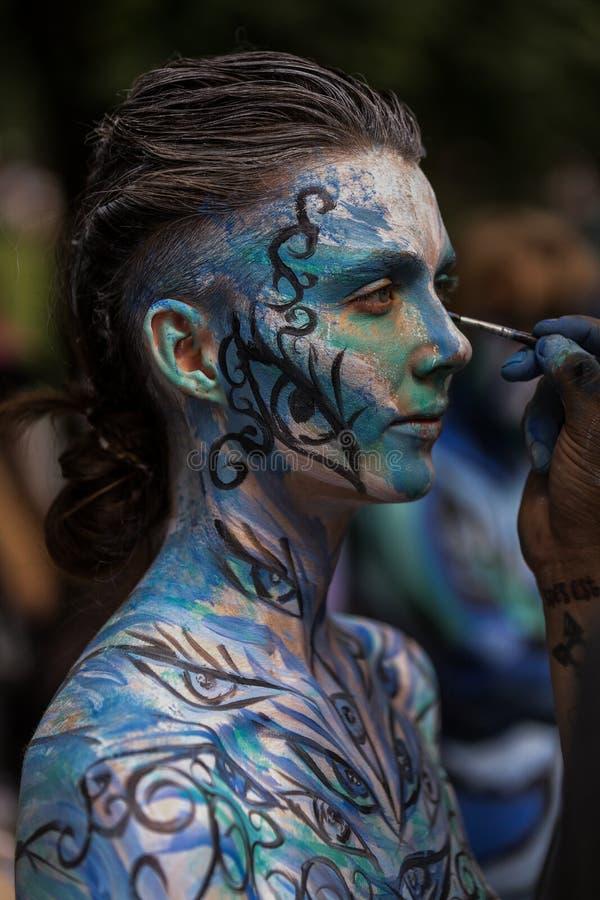 НЬЮ-ЙОРК - 26-ОЕ ИЮЛЯ: Обнажённые модели, художники принимают к улицам Нью-Йорка во время первого официального события картины те стоковые изображения rf