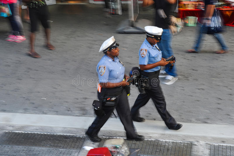 НЬЮ-ЙОРК - 26-ОЕ ИЮЛЯ: Полицейские на улицах Нью-Йорка стоковое фото rf