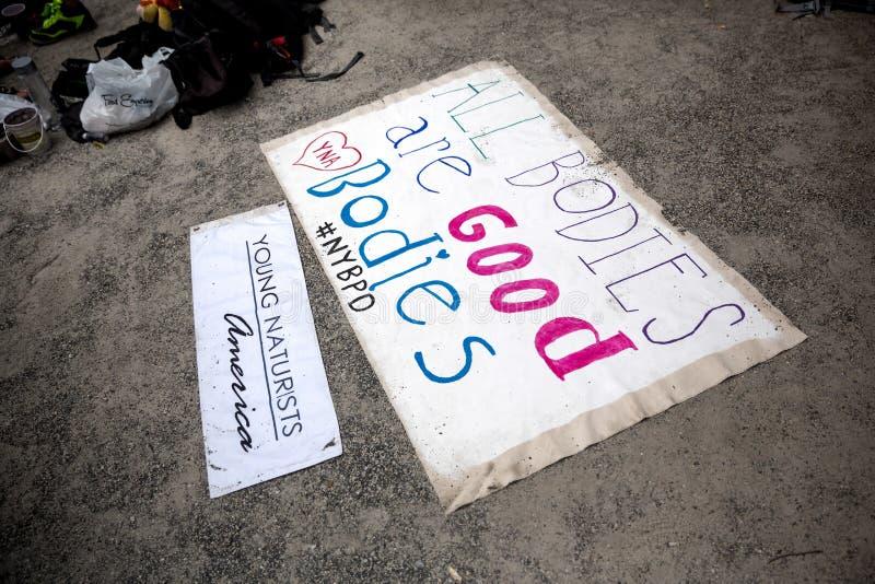 НЬЮ-ЙОРК - 26-ОЕ ИЮЛЯ: Подпишите все тела хорош на улицах Нью-Йорка во время первого официального события картины тела стоковые фото