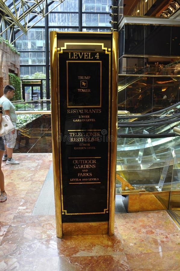 Нью-Йорк, 1-ое июля: Trump детали башни внутренние от Пятого авеню в Манхаттане от Нью-Йорка в Соединенных Штатах стоковое изображение