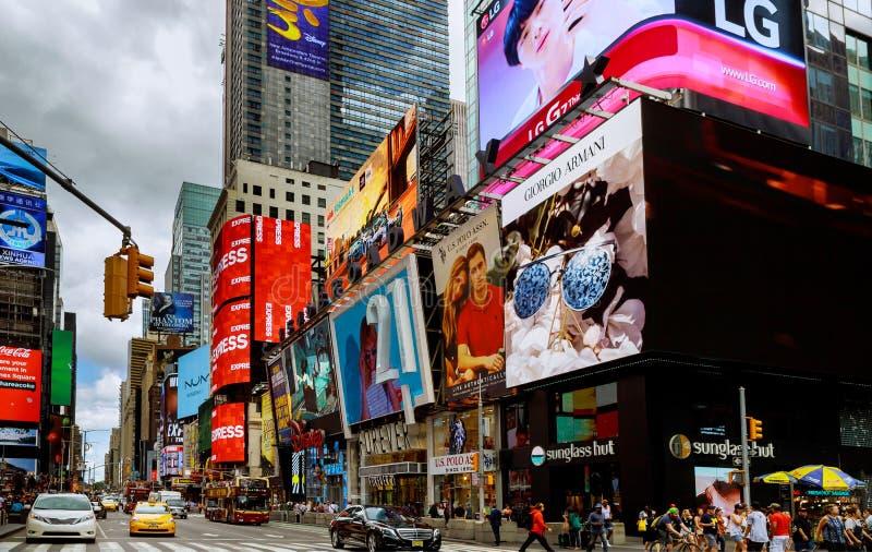НЬЮ-ЙОРК - 15-ое июня 2018: Манхаттан, Нью-Йорк Таймс площадь отличено с знаками театров Бродвей как символ NewY стоковое фото