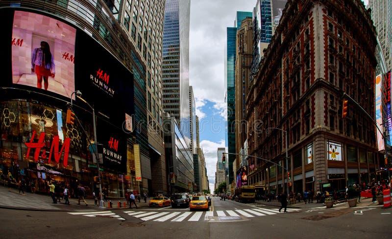 НЬЮ-ЙОРК - 15-ое июня 2018: Таймс площадь, занятое туристское пересечение неоновых искусства и коммерции и иконическая улица Ne стоковые фото