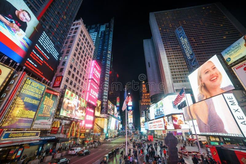 НЬЮ-ЙОРК - 12-ОЕ МАРТА 2018: Таймс площадь занятое туристское пересечение неоновых искусства и коммерции и иконическая улица мам стоковое изображение