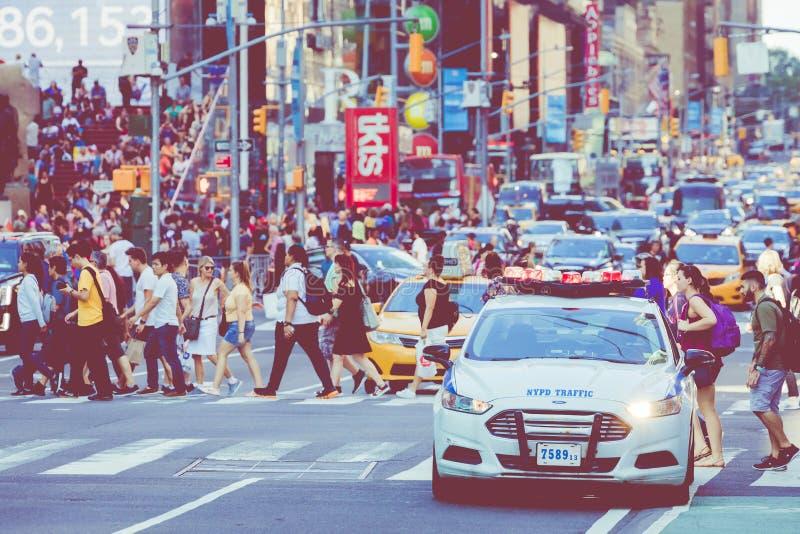 НЬЮ-ЙОРК - 2-ОЕ СЕНТЯБРЯ 2018: Квадрат полиции NYPD временами занятое туристское пересечение неоновых искусства и коммерции и ико стоковая фотография rf