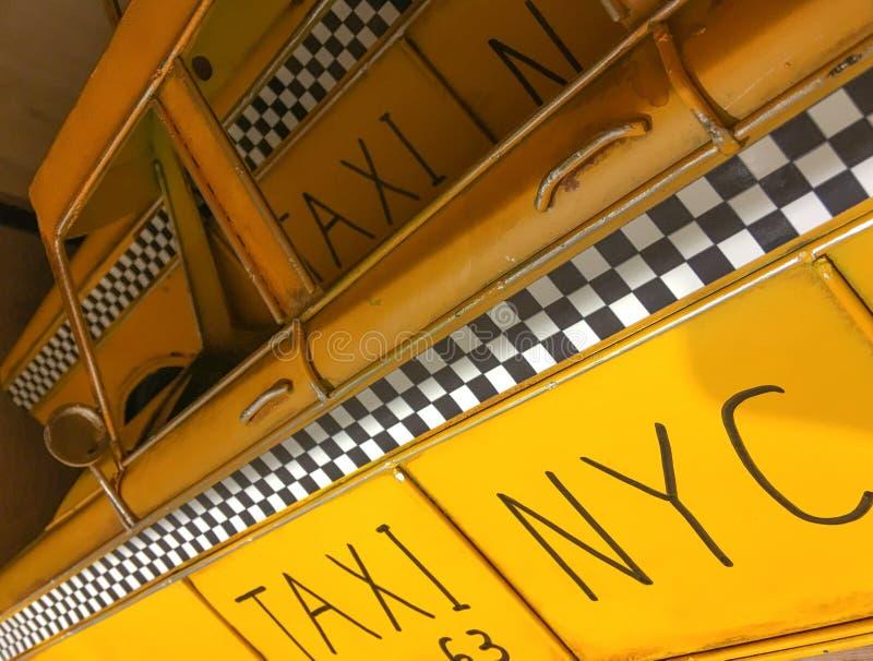 НЬЮ-ЙОРК - ОКТЯБРЬ 2015: Старый chequered знак такси Это t стоковое фото rf