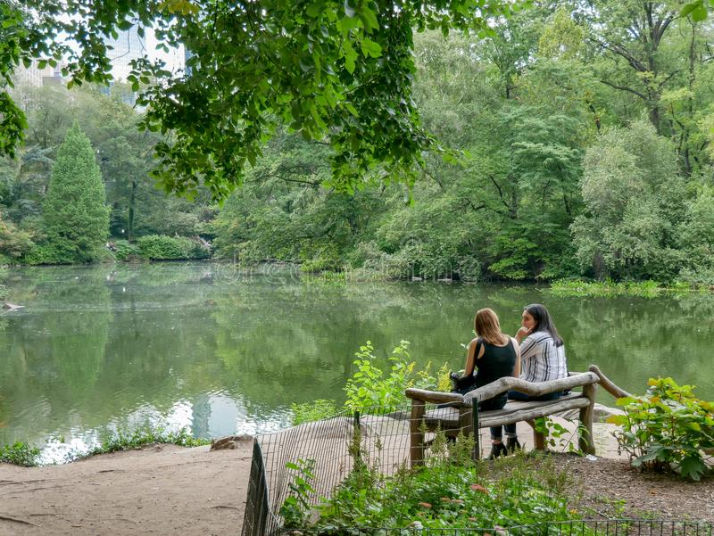 Нью-Йорк - сентябрь 2017: Взгляд пруда в Central Park, Манхаттане, n стоковые изображения
