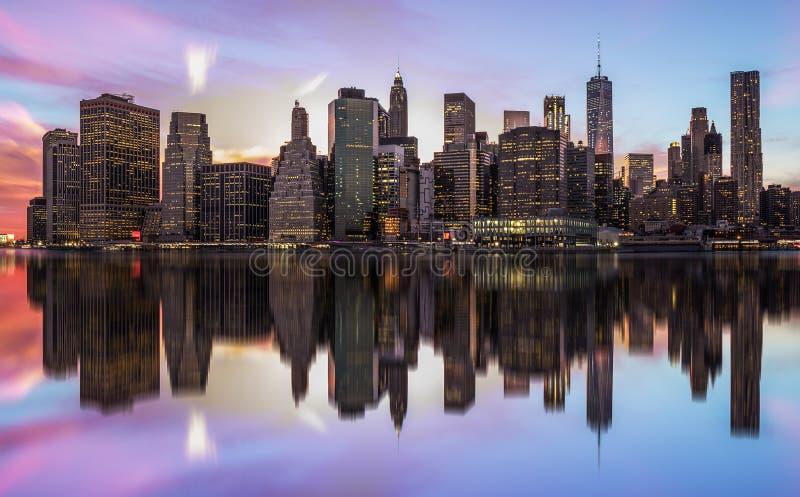 НЬЮ-ЙОРК, СОЕДИНЕННЫЕ ШТАТЫ АМЕРИКИ - 28-ОЕ АПРЕЛЯ 2017: Панорама горизонта Нью-Йорка Манхаттана при небоскребы строя внутри на с стоковые изображения rf