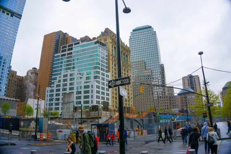 Нью-Йорк, Соединенные Штаты Америки - 1-ое мая 2016: Vew небоскребов Нью-Йорка от уровня улицы стоковые фотографии rf