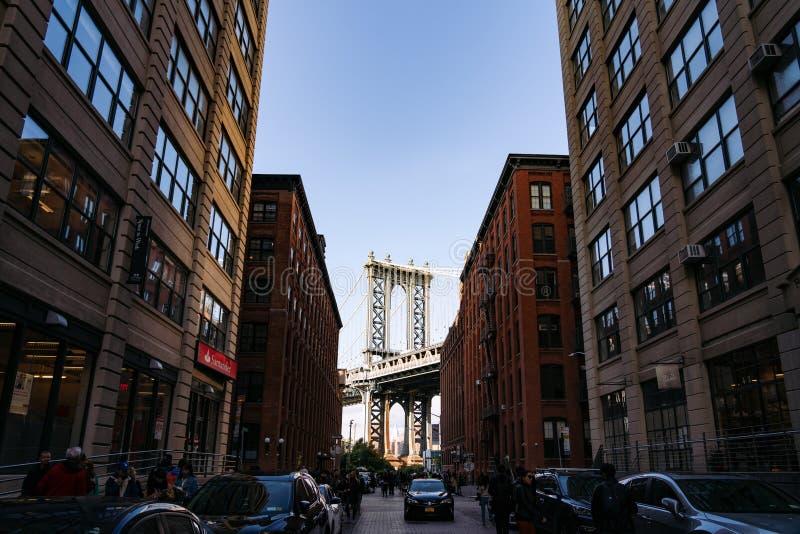 Нью-Йорк, Соединенные Штаты Америки - 21 октября 2018 г. Манхэттенский мост, виденный из красных кирпичных зданий в Бруклине стоковые фото