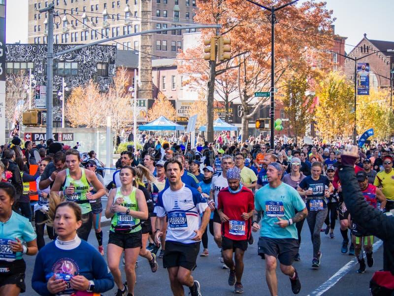 Нью-Йорк - Соединенные Штаты - люди бегут марафон Нью-Йорка стоковое фото rf
