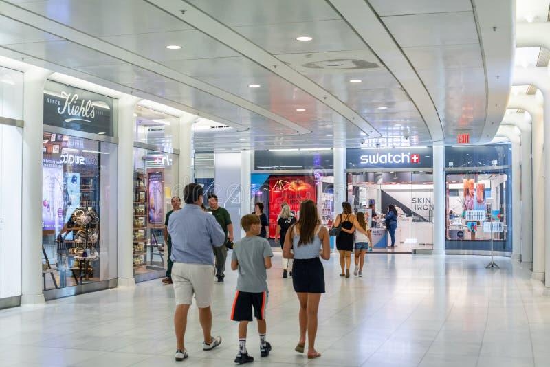 НЬЮ-ЙОРК, США - август 2018: Люди идя к магазину образца на торговом центре Oculus, Нью-Йорке Образец швейцарец стоковое фото rf
