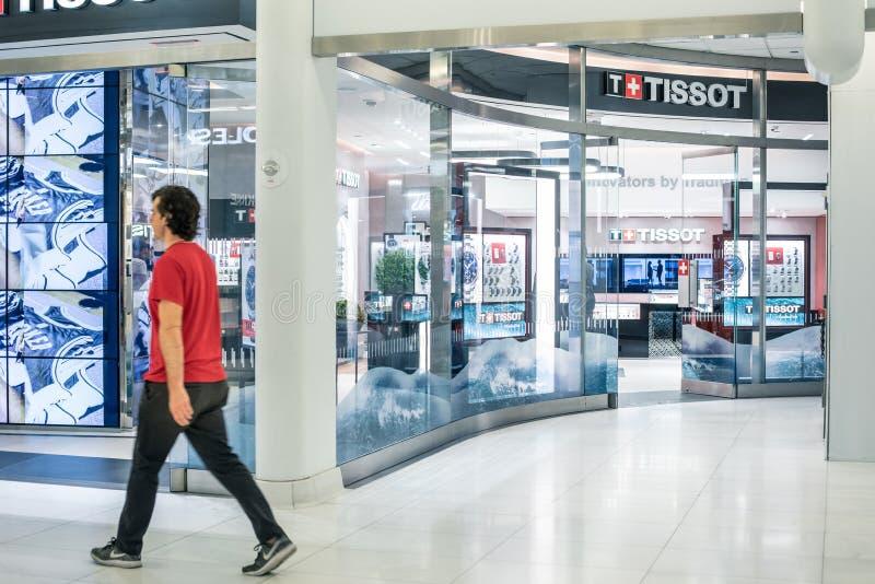 НЬЮ-ЙОРК, США - август 2018: Персона проходя магазином Tissot должностного лица на торговом центре Oculus, Нью-Йорке Tissot a стоковое фото rf