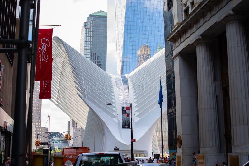 Нью-Йорк, США - август 2018: Футуристическая форма эпицентра деятельности транспорта Oculus на метро всемирного торгового центра стоковая фотография rf