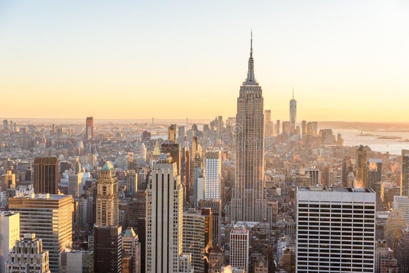 Нью-Йорк - США Взгляд для того чтобы понизить горизонт Манхаттана городской с известными Эмпайром Стейтом Билдингом и небоскребам стоковые фото