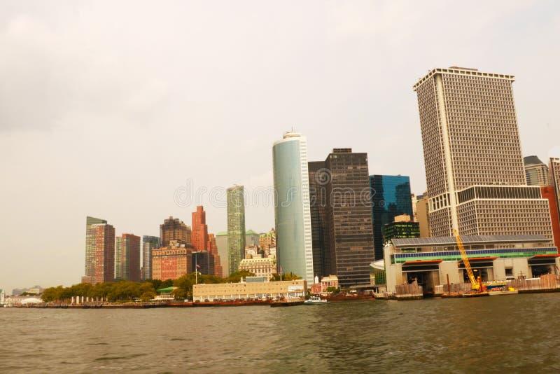 НЬЮ-ЙОРК, США - 31-ое августа 2018: Взгляд горизонта Манхэттена панорамный New York City, США Офисные здания и небоскребы на низк стоковые фото