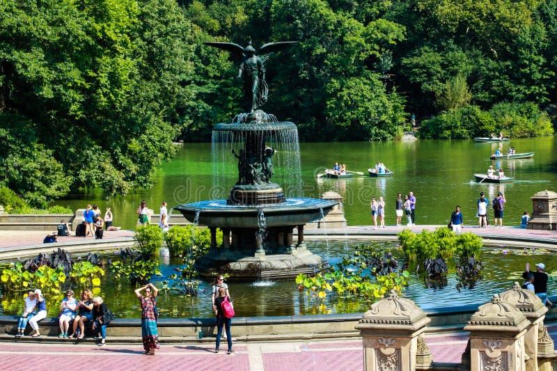 НЬЮ-ЙОРК, США - 30-ое августа 2018: Взгляд панорамы фонтана Bathesda в центральном парке Нью-Йорке стоковые фото