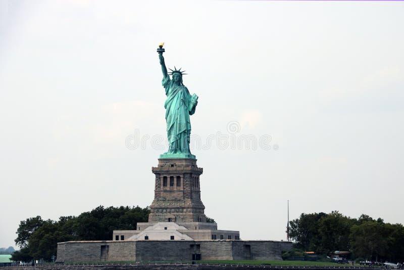 НЬЮ-ЙОРК, США - 31-ое августа 2018: Статуя свободы на острове свободы в гавани Нью-Йорка, США Оно было конструировано французом стоковое изображение rf