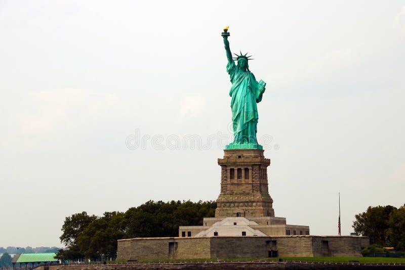 НЬЮ-ЙОРК, США - 31-ое августа 2018: Статуя свободы на острове свободы в гавани Нью-Йорка, США Оно было конструировано французом стоковые изображения