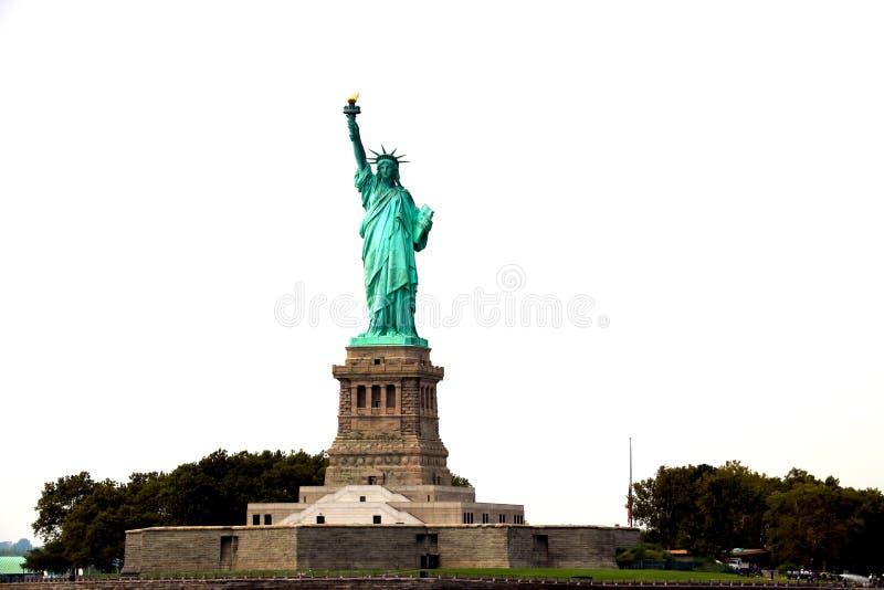 НЬЮ-ЙОРК, США - 31-ое августа 2018: Статуя свободы на острове свободы в гавани Нью-Йорка, США Оно было конструировано французом стоковые фотографии rf